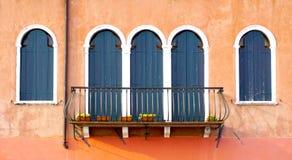 Tre porte con il terrazzo e due finestre immagine stock