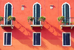 Tre porte con il terrazzo e tre finestre immagine stock