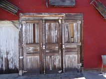 Tre porte di legno abbandonate uniche immagine stock