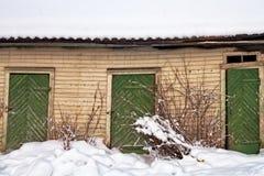 Tre porte verdi su una costruzione abbandonata Fotografia Stock