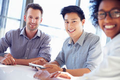 Tre professionisti di affari che lavorano insieme Fotografie Stock Libere da Diritti