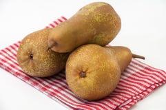 Tre päron på en maträtthandduk Royaltyfri Fotografi