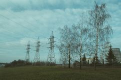 Tre pyloner och tre träd Arkivfoto