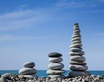 Tre pyramider av stenar för meditation Arkivbild