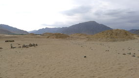 Tre pyramider i Caral, nord av Lima, Peru royaltyfri bild