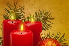 Tre röda Adventstearinljus. Royaltyfri Bild