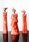Tre röda afrikanska kvinnliga statyetter Royaltyfria Bilder