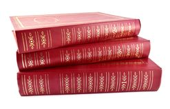 Tre röda guld- dekorerade lägga böcker fotografering för bildbyråer