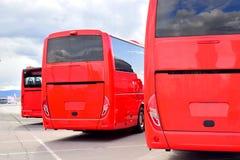 Tre röda passagerarebussar fotografering för bildbyråer