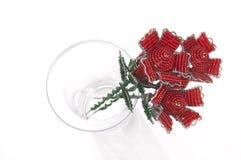 Tre röda prydde med pärlor ro i en glass vase royaltyfria bilder