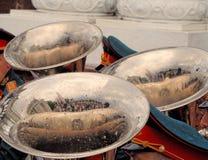 Tre rör av mässingsmusikbandet i regndroppar Fotografering för Bildbyråer
