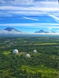 Tre radarkupoler, Kamchatka, Ryssland Arkivbilder