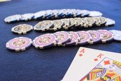 Tre rader av near spela kort för chiper arkivbild