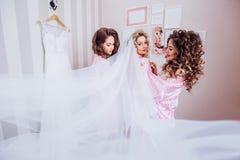 Tre ragazze celebrano un addio al celibato o un compleanno immagini stock