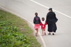 Tre ragazze che camminano via su un sentiero costiero Fotografia Stock Libera da Diritti