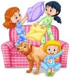 Tre ragazze che giocano lotta di cuscino al pigiama party royalty illustrazione gratis