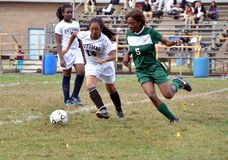 Tre ragazze che giocano un gioco di calcio della High School delle ragazze fotografie stock libere da diritti