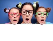 Tre ragazze che osservano giù Fotografia Stock Libera da Diritti