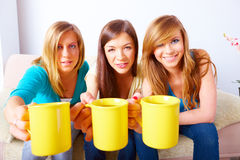 Tre ragazze con le tazze Fotografia Stock Libera da Diritti
