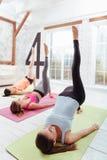 Tre ragazze contentissime che hanno allenamento del gruppo Fotografia Stock
