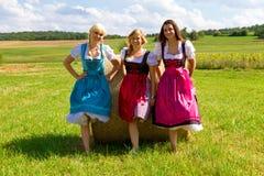 Tre ragazze in Dirndl Fotografia Stock Libera da Diritti