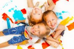 Tre ragazze divertenti che si siedono su un pavimento Immagini Stock Libere da Diritti