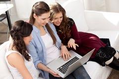 Tre ragazze e un taccuino Fotografie Stock Libere da Diritti