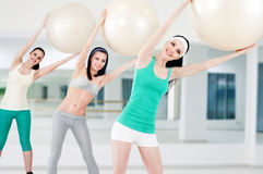 Tre ragazze nel randello di forma fisica Fotografia Stock Libera da Diritti