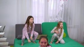 Tre ragazze in pigiami che ballano a casa video d archivio