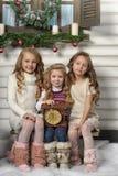 Tre ragazze sveglie che aspettano il Natale Fotografie Stock
