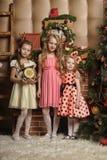 Tre ragazze sveglie che aspettano il Natale Fotografia Stock