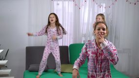 Tre ragazze sveglie in pigiami che ballano a casa stock footage