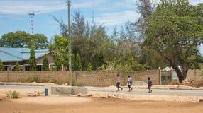 Tre ragazzi che camminano alla scuola nel Kenya Africa Immagini Stock