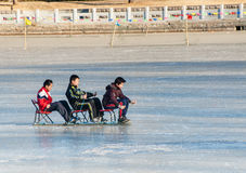 Tre ragazzi cinesi stanno giocando sulla slitta Immagine Stock