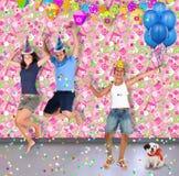 Tre ragazzi e un cane stanno divertendo ad un partito Fotografia Stock