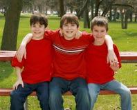 Tre ragazzi nel colore rosso Fotografia Stock