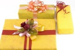 Tre regali gialli Fotografia Stock