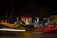 Tre religioni accendono gli ornamenti nella decorazione tedesca della colonia per le feste, a Haifa, Israele immagine stock