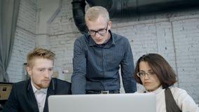 Tre responsabili sono nel 'brainstorming' e nella collaborazione intensi delle idee stock footage