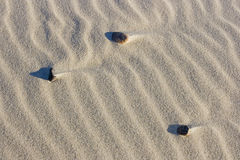 Tre rocce in sabbia del deserto Immagini Stock Libere da Diritti