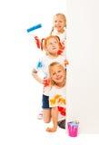 Tre roliga ungar i målade skjortor Arkivfoton