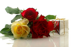 Tre rose piacevoli con un contenitore di regalo Fotografia Stock Libera da Diritti