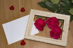 Tre rose rosse il giorno del ` s del biglietto di S. Valentino immagine stock libera da diritti