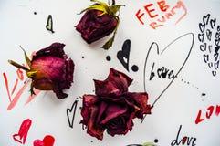 Tre rose su una carta con testo Fotografia Stock Libera da Diritti