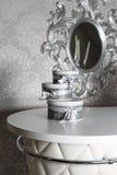 Tre runda berömgåvaaskar med silverbandet bugar på den vita tabellen Bunt av gåvor i lyxig inre Arkivbild