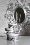 Tre runda berömgåvaaskar med silverbandet bugar på den vita tabellen Bunt av gåvor i lyxig inre Arkivfoton