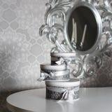 Tre runda berömgåvaaskar med silverbandet bugar på den vita tabellen Bunt av gåvor i lyxig inre Arkivbilder