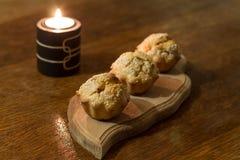 Tre salta muffin på träsnittlogi Arkivfoto