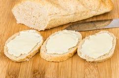 Tre sandwichs med smör och släntrar bröd ombord Royaltyfri Fotografi