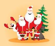 Tre Santa Clauses med snögubben och säck och julgran Royaltyfria Foton